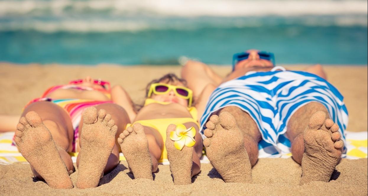 stock sun beach family- 1200px-1